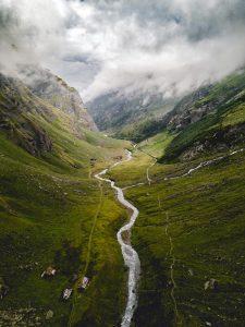 نهر مقدس في الهند ينبع من جبال الهملايا